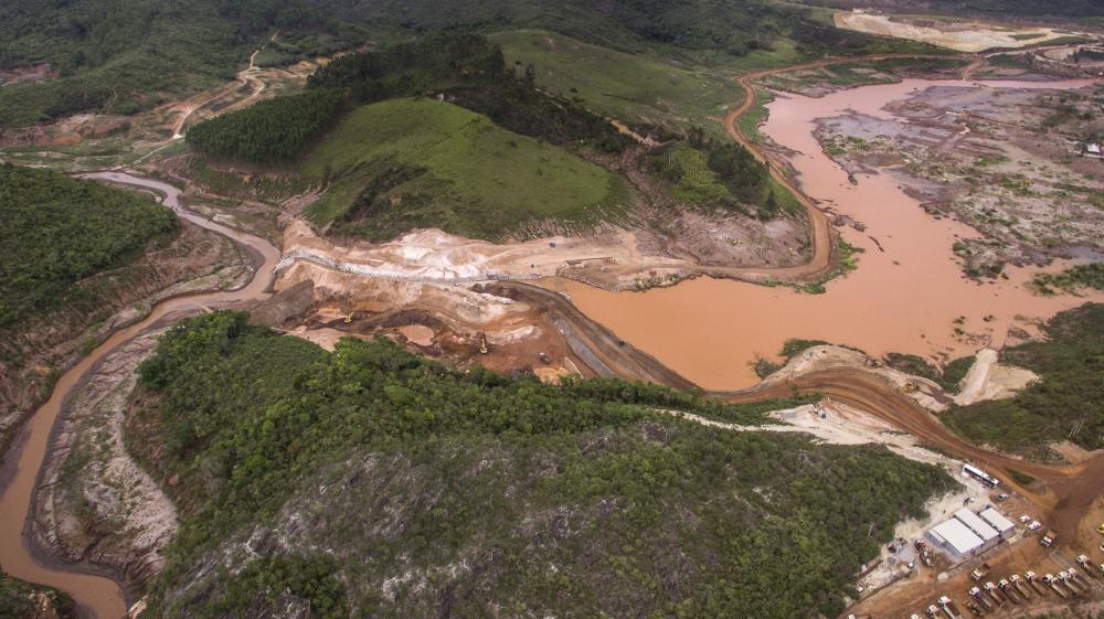 Rompimento da barragem em Mariana, 2015.