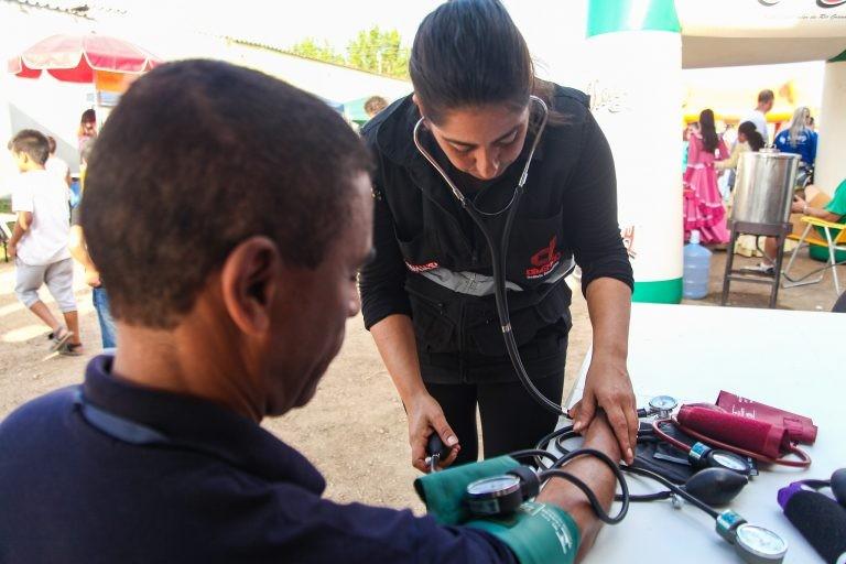 Medição da pressão arterial é uma das ações preventivas de doenças cardiológicas - (Foto: Igor Sobral/Prefeitura de Pelotas-RS)