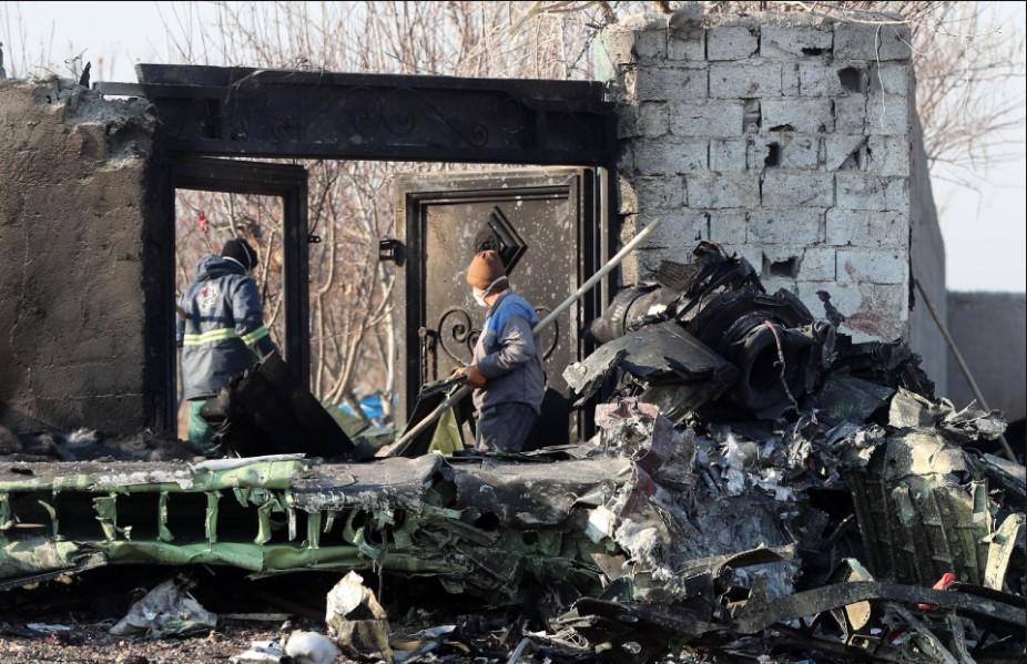 Equipes de resgate buscam corpos após a queda de um avião da Ukraine International Airlines hoje com 176 pessoas a bordo em Teerã. O avião tinha como destino Kiev e caiu logo após decolar do aeroporto da capital iraniana. Foto: AFP