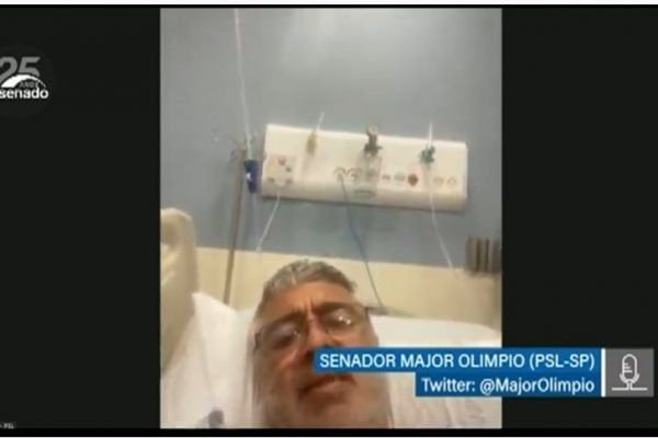 O senador Major Olimpio que participou de sessão plenário na cama de hospital - (Foto: Reprodução/TV Senado)