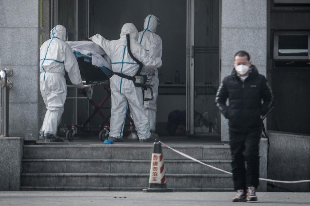 Fora do Hospital Jinyintan em Wuhan, China, a cidade onde o vírus se originou.