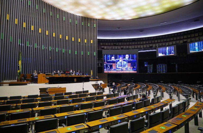 Deputados acompanham a sessão no Plenário, presencial e remotamente - (Foto: Pablo Valadares/Câmara dos Deputados)