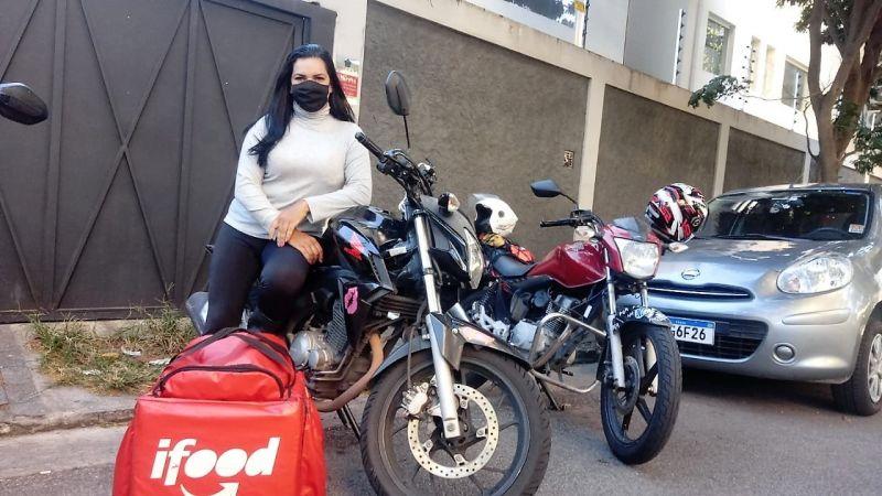 Camila diz que motogirls têm grupo de WhatsApp com 135 mulheres para se ajudarem - (Foto: Arquivo pessoal)
