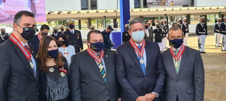 Lira (máscara clara) ao lado do presidente do Senado (E) e deputados condecorados - (Foto: Melina Sales)