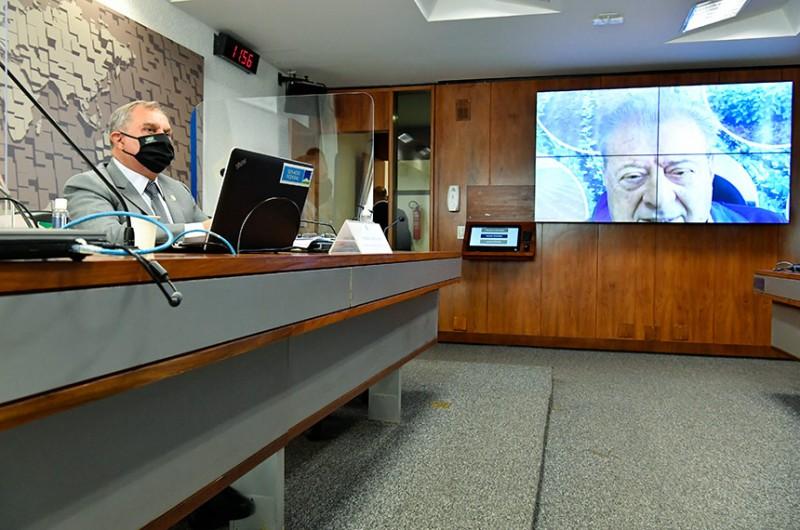 O presidente da comissão, Izalci Lucas, e o ex-ministro da Agricultura Alysson Paulinelli (telão) - Waldemir Barreto/Agência Senado