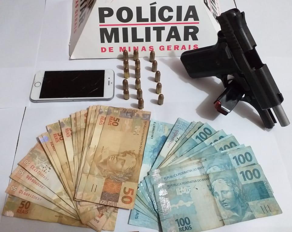 Arma, dinheiro e munições foram apreendidos com o suspeito