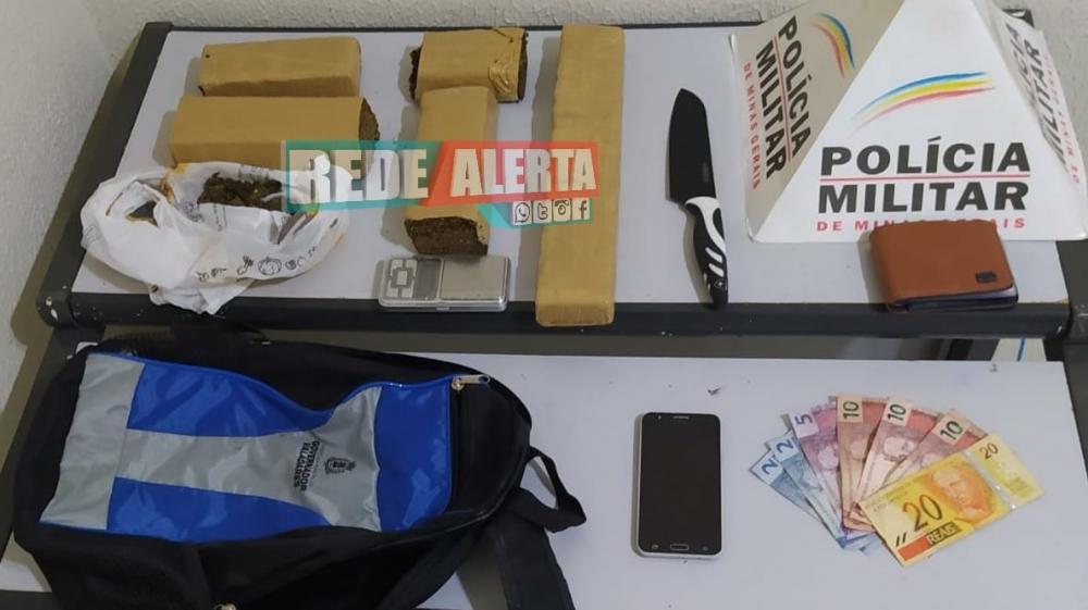 Maconha foi encontrada dentro da mochila do jovem, bem como, dinheiro, celular e outros materiais foto divulgação rede alerta