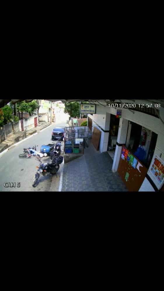 O motociclista foi socorrido ao hospital após sofrer acidente foto: divulgação de vídeo