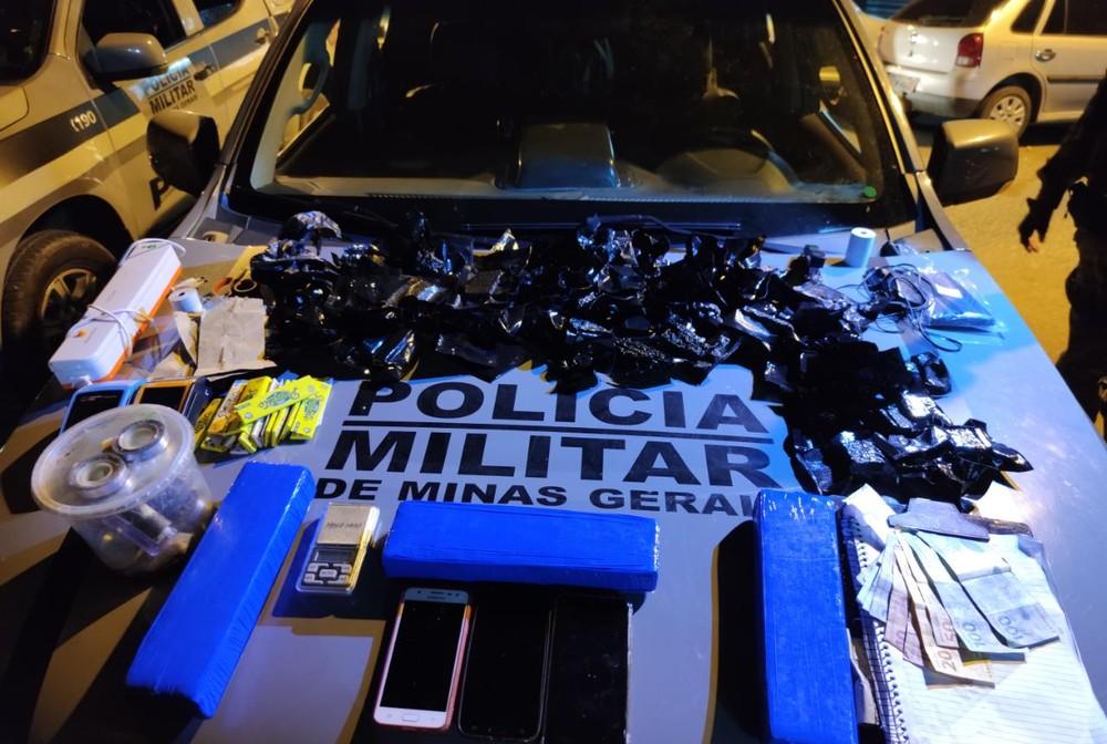 Material foi apreendido com casal no Centro de Governador Valadares — Foto: Polícia Militar/Divulgação