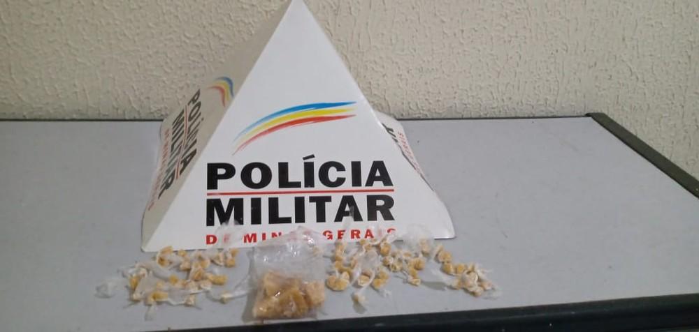 Droga apreendida com jovem no bairro Vila dos Montes — Foto: Polícia Militar/Divulgação