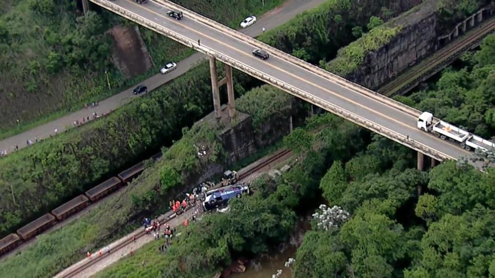 Ônibus cai de ponte e deixa 19 mortos na BR 381 em João Monlevade
