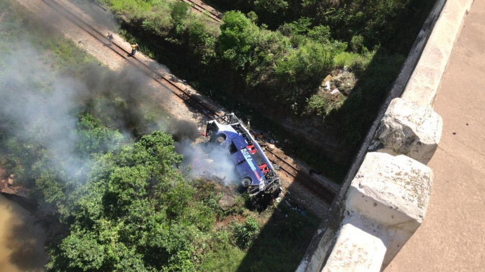 Ônibus cai de viaduto em João Monlevade — Foto: Redes sociais