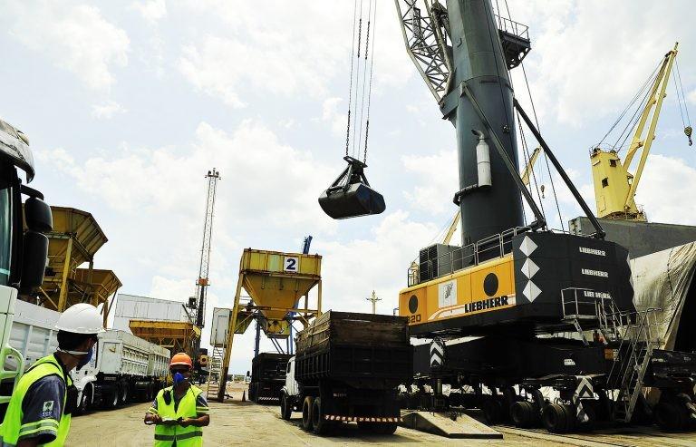 Transporte de mercadorias no porto de Paranaguá (PR) - (Foto: Ivan Bueno/Administração dos Portos de Paranaguá e Antonina)