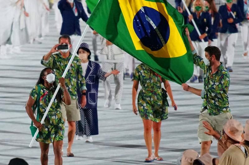 Ketleyn Quadros e Bruninho carregam a bandeira brasileira durante a cerimônia de abertura dos Jogos - Rodolfo Vilela/rededoesporte.gov.br